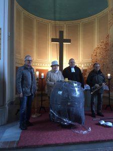 Dr. Rüdiger Thurm, Kornelia Eue, Pfarrer Rudolf Delbrück und Edgar Friedrich präsentieren die noch verpackte restaurierte goldene Turmkugel