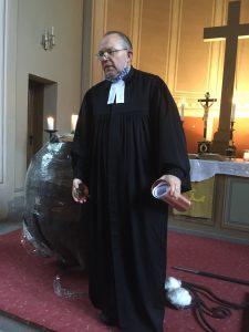 Pfarrer Delbrück mit der Kapsel als Gruß vom 30. Oktober 2020
