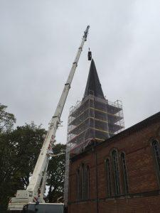 Die Bekrönung wird von zwei Dachdeckern der Firma Roland Schulze vorbereitet