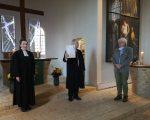 Pfarrer Schmidt präsentiert stolz die Urkunde über einen vogelfreundlichen Zeestower Kirchturm